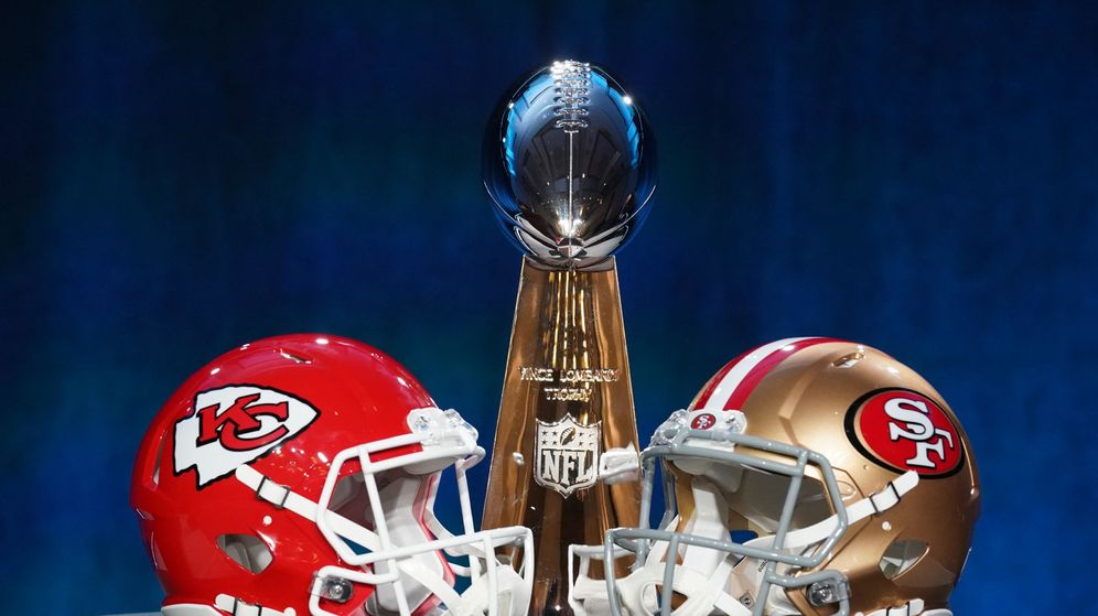 Foto: El casco de los Kansas City Chiefs (i) y el de los San Francisco 49ers, con el trofeo de campeón. (Reuters)
