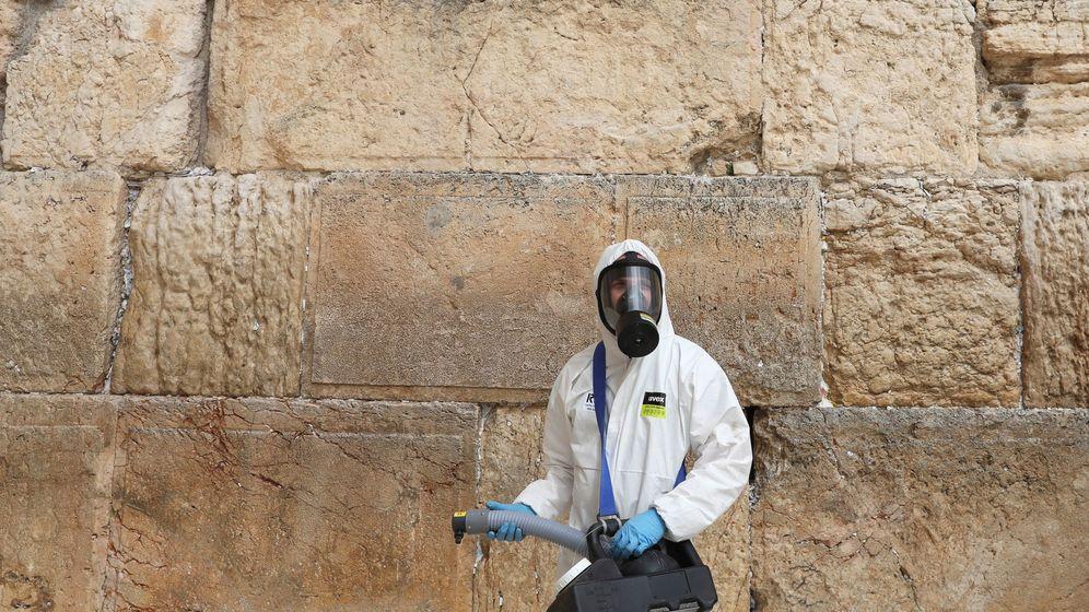 Foto: Un operario desinfecta el Muro de las Lamentaciones, en Jerusalén. (Reuters)