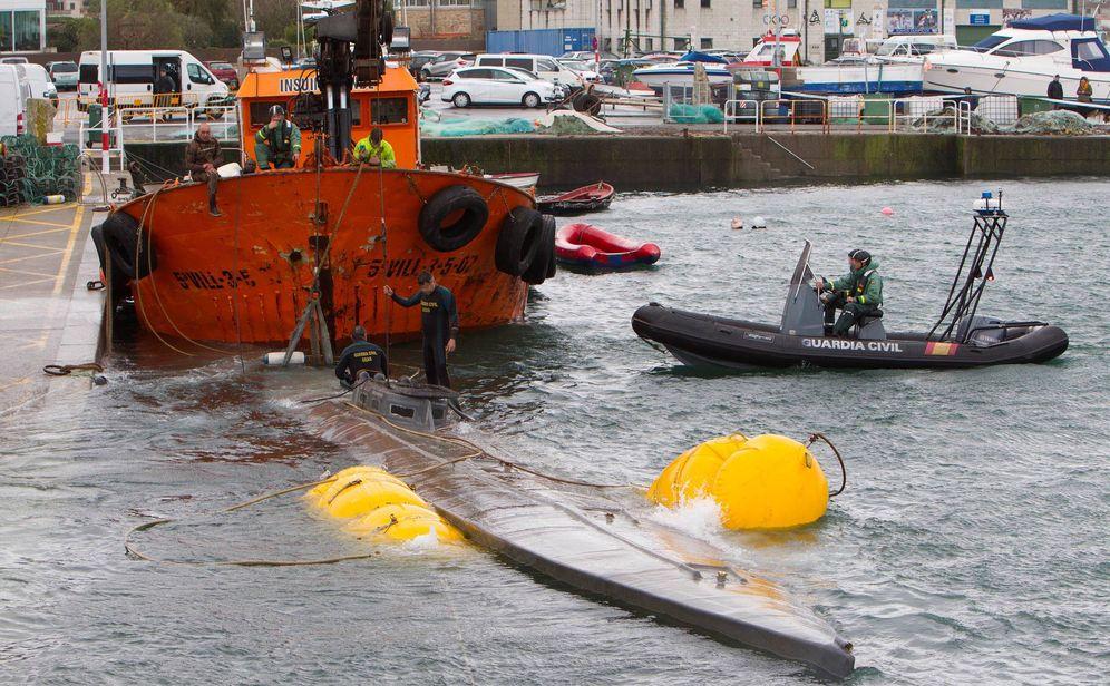 Foto: Labores de los equipos marítimos para reflotar el submarino. (EFE)