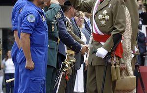 Calcetines blancos y bermudas 'rojo Botín' para recibir a don Juan Carlos