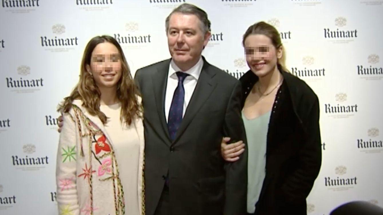 Foto: Jose María Michavila, junto a sus hijas en la galería Malborough (Gtres)