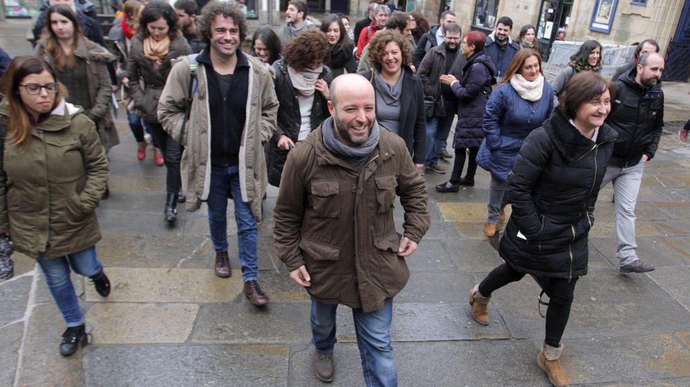 Foto: El portavoz de En Marea en el Parlamento Gallego, Luís Villares (c), junto a los miembros de la confluencia. (EFE)