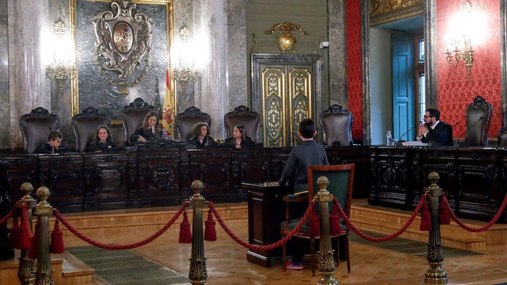 Foto: Un grupo de niños ha ocupado los puestos destinados a los magistrados en una de las salas del Tribunal Supremo durante la jornada de puertas abiertas. (EFE)