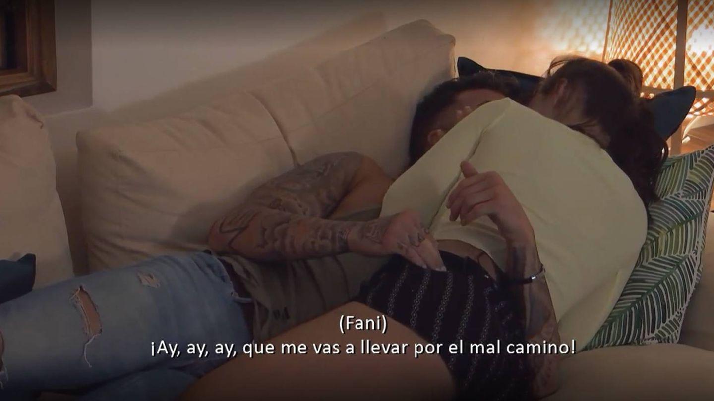 Fani, enrollándose con Rubén. (Captura de Mediaset)