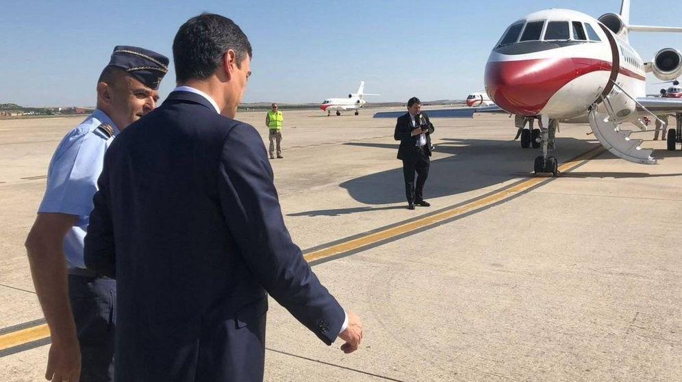 Foto: Pedro Sánchez, momentos antes de subir a bordo del Falcon. (Moncloa)