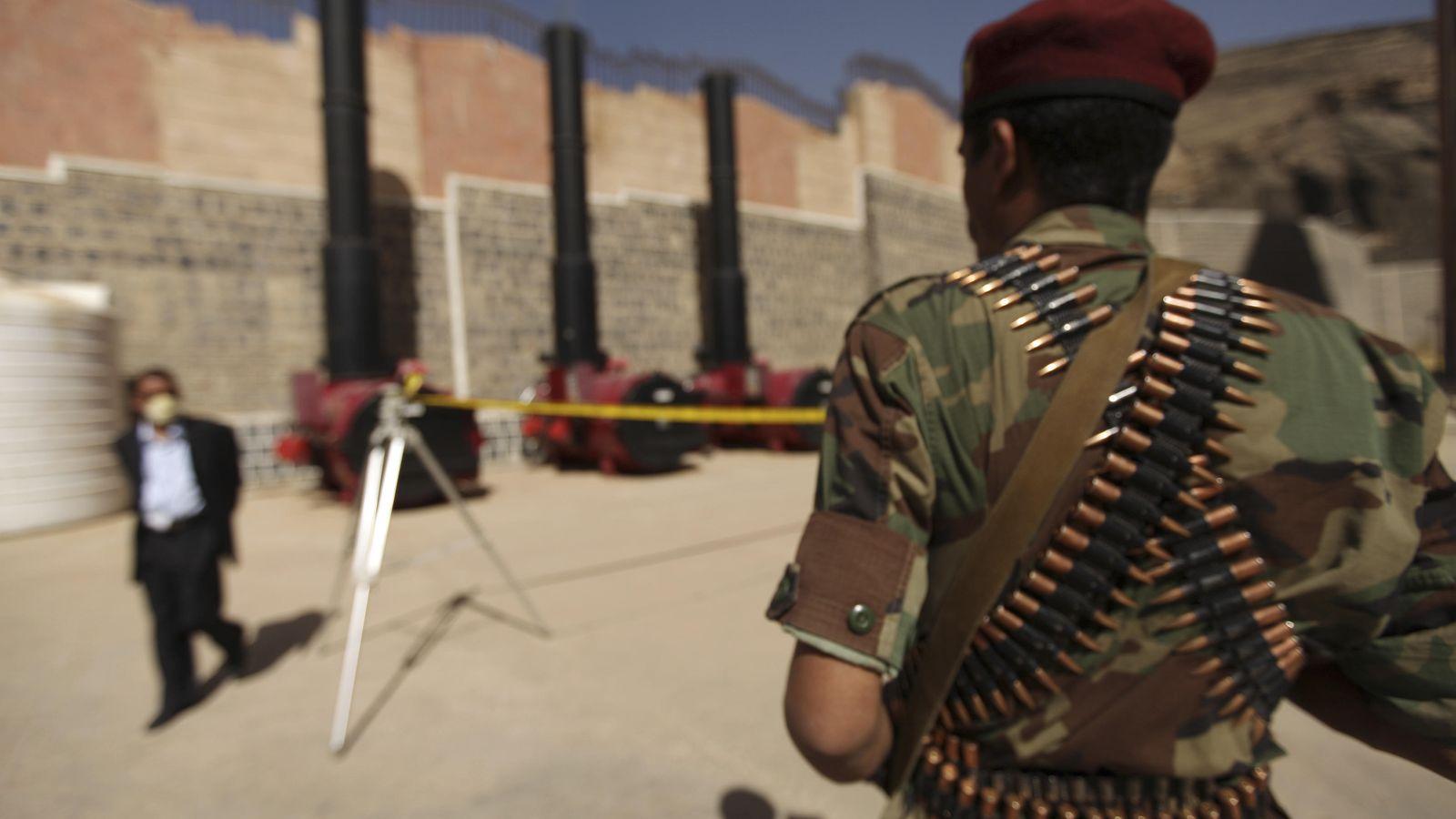 Foto: Un policía yemení custodia un horno donde las autoridades de Sanaa queman un alijo de hachís y Captagon, el 29 de febrero de 2012 (Reuters)