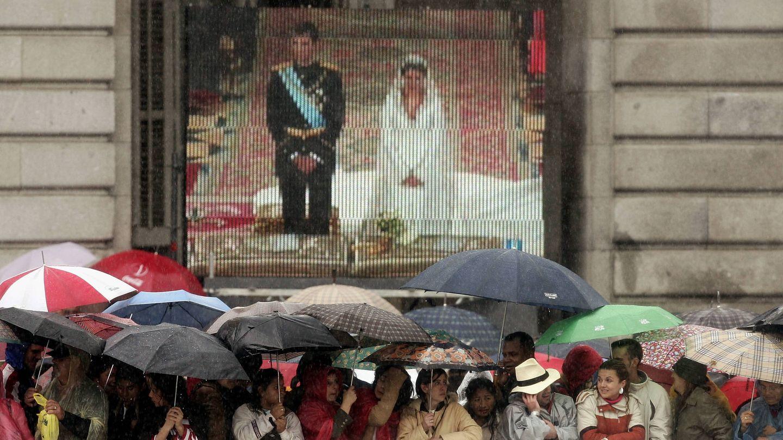 En el exterior, los curiosos seguían la boda en pantallas. (Getty)