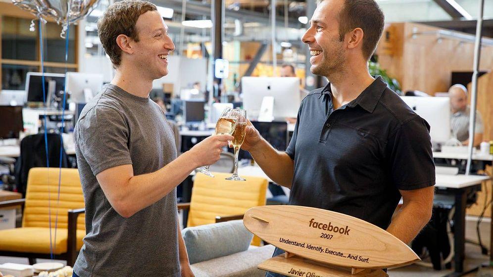 Foto: Javier Oliván, brindando con Mark Zuckerberg. (Facebook)