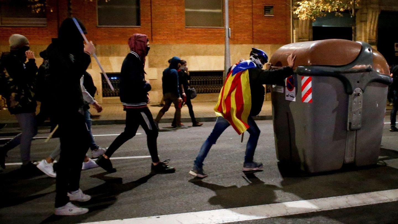 Radicales independentistas preparan una barricada en el centro de Barcelona. (EFE)