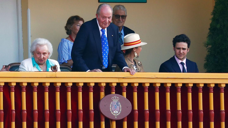 La infanta Pilar junto al rey Juan Carlos, el día de su despedida de la vida pública. (EFE)
