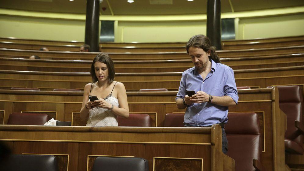 Foto:  El líder de Podemos, Pablo Iglesias (d), y su jefa de gabinete, Irene Montero (i), ocupan sus escaños al inicio de la segunda sesión del debate de investidura. (EFE)
