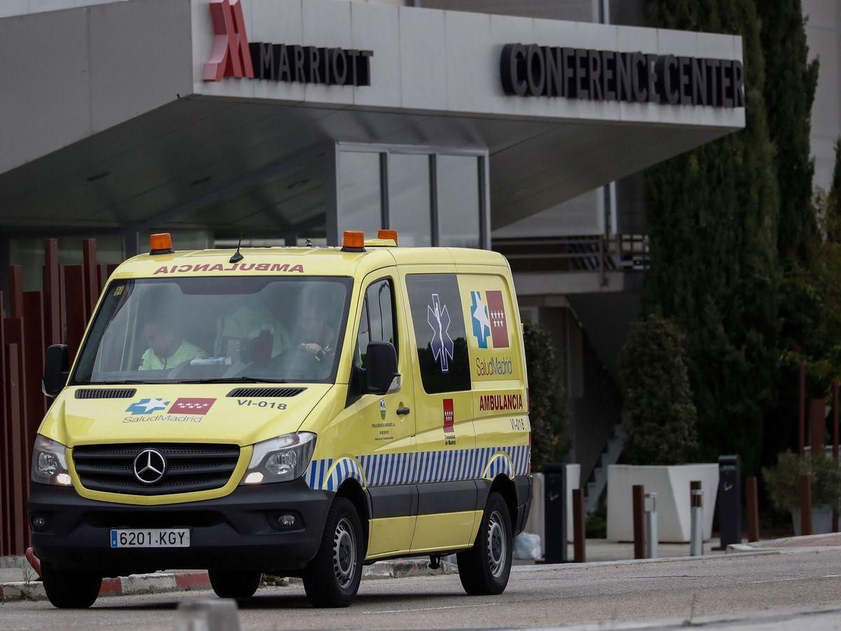 Foto: Una ambulancia, a las puertas de un hotel medicalizado. (EFE)