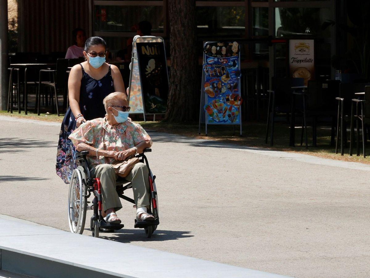 Foto: Una persona mayor es sacada a pasear por Madrid Río, en la capital. (EFE)