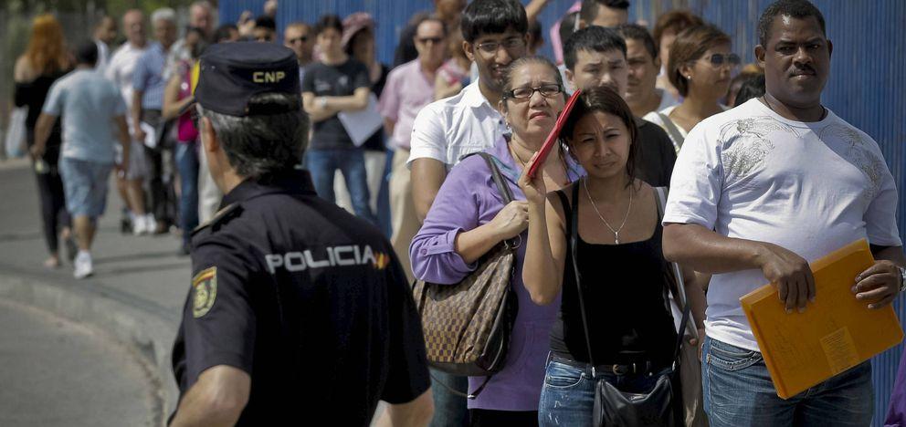 Inmigrantes ante la Brigada de Extranjería del CIE de Aluche, de Madrid, en 2012. (Efe)