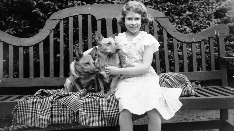 La reina Isabel, en 1936 con sus perros. (CP)