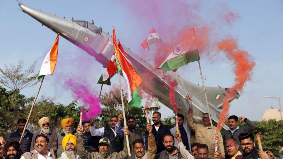 Foto: Activistas indios celebran el bombardeo sobre un campamento insurgente en Pakistán (EFE)