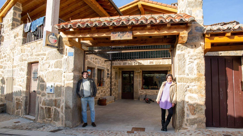 Emilio Jiménez y Marian Mendoza frente al restaurante La Plaza, en Navacepedilla. (D.B.)