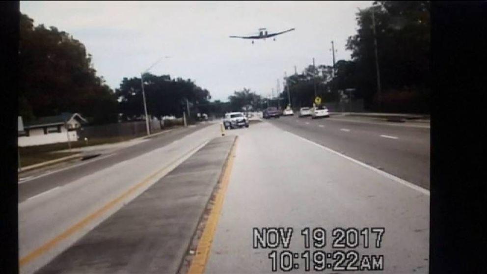 Una avioneta pierde el control y termina aterrizando en plena autopista