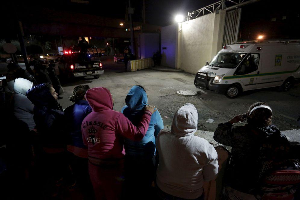 Foto: Familiares de presos a las puertas de la prisión de Topo Chico Prison, en Monterrey, el 11 de febrero de 2016 (Reuters).