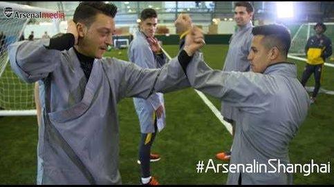 Pelea de kung-fu entre Mesut Özil y Alexis Sánchez