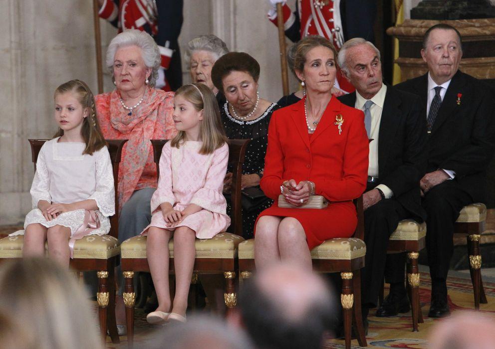 Foto: La infanta Pilar junto a su hermana Margarita, Carlos Zurita, la infanta Elena, Leonor y Sofía (Gtres)