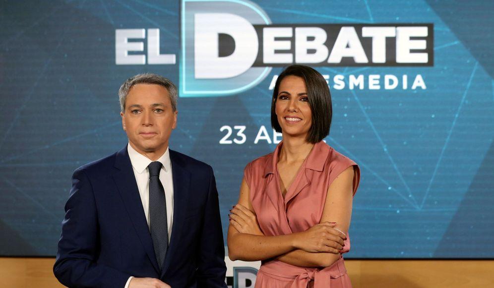 Foto: Los periodistas Ana Pastor y Vicente Vallés presentan el debate de Atresmedia. (EFE)