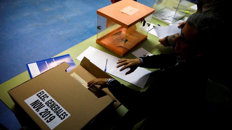 Preparativos en el CEIP Ortega y Gasset de Madrid para las elecciones. (EFE)
