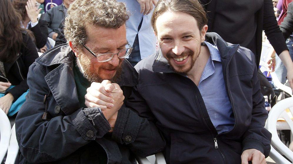 Foto: Pablo Iglesias (d) estrecha la mano de su padre, Javier Iglesias (i), durante un mitin en los inicios de Podemos. (EFE)
