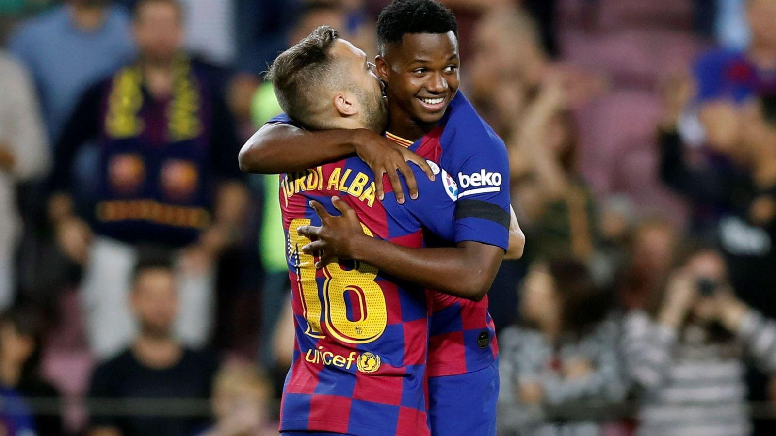 Foto: Jordi Alba abraza a Ansu Fati tras marcar el gol al Valencia. (Efe)