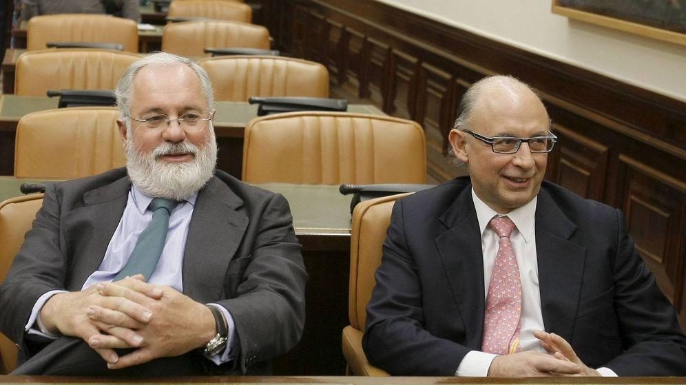 Foto: Miguel Arias Cañete y Cristóbal Montoro, en el Congreso. (EFE)
