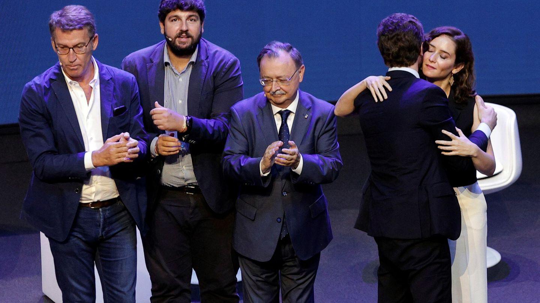 Isabel Díaz Ayuso es saludada por el líder del Partido Popular, Pablo Casado. (EFE)
