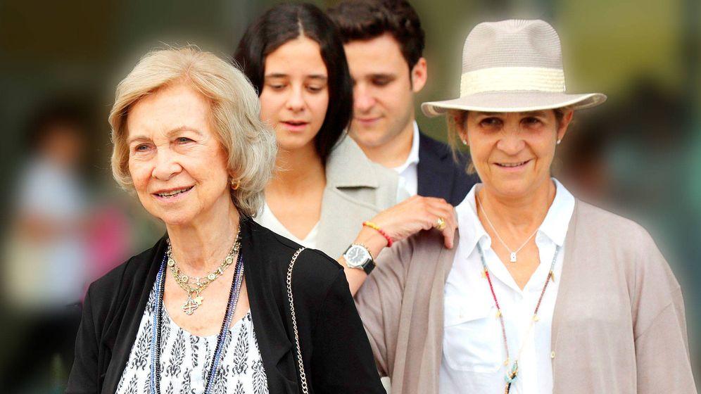 Foto:  La reina Sofía, con su hija Elena y sus nietos, en el hospital. (EFE)