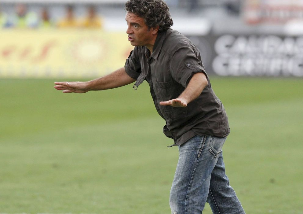 Foto: Juanma Lillo, dando órdenes durante un partido (EFE)