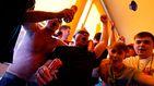 Cánticos, cerveza y respeto: el ambiente de los hinchas ingleses en los pubs de Madrid