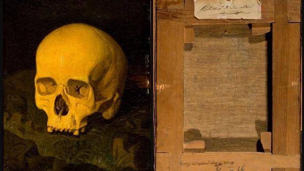 Foto: 'Vanitas', atribuido a Dionisio Fierros, y su reverso, con la leyenda: Cráneo de Goya pintado por Fierros.