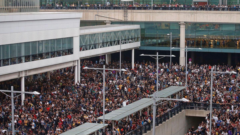 Miles de manifestantes convocados por Tsunami Democràtic intentaron paralizar El Prat el pasado 14 de octubre. (EFE)