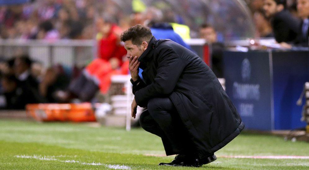 Foto: El Cholo Simeone, pensativo durante el partido. (EFE)