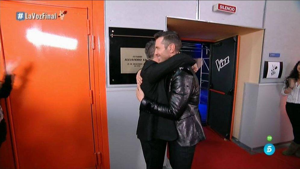 Foto: Alejandro Sanz abraza a Jesús Vázquez tras descubrir su placa