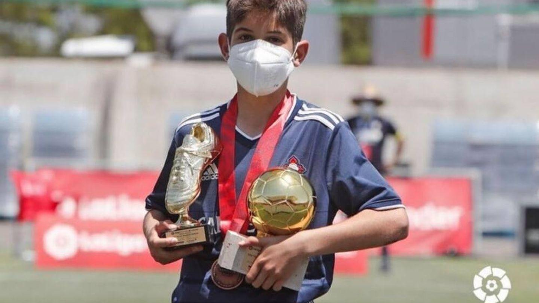 Bryan Bugarín, con los trofeos de máximo goleador y MVP de LaLiga Promises