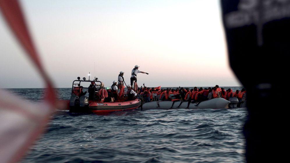Foto: Fotografía facilitada por SOS Mediterranée del rescate en alta mar, en la madrugada del domingo 10 de junio, de parte de los 629 inmigrantes que ahora están en el barco Aquarius. (EFE)