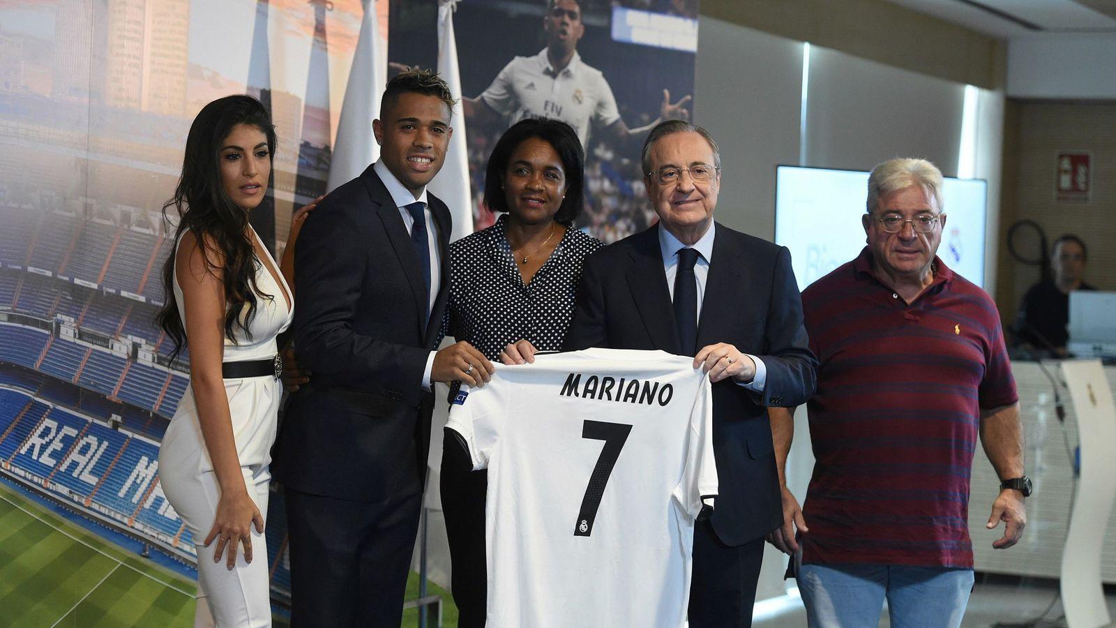 Foto: Mariano posa con la camiseta y el dorsal '7' junto a Florentino y sus familiares en el palco del Bernabéu. (Efe)