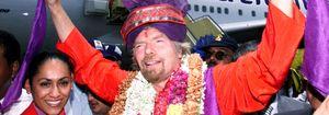 Foto: El multimillonario Richard Branson, azafata por un día tras perder una apuesta