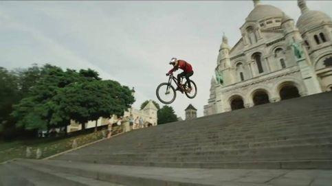 Un 'biker' sobrevuela las calles de París