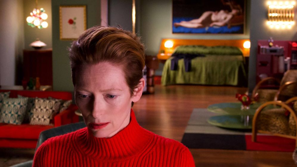 Foto: Tilda Swinton en 'La voz humana' de Pedro Almodóvar. Al fondo, 'Venus y Cupido' de Artemisia Gentileschi. Foto, Iglesias Mas.