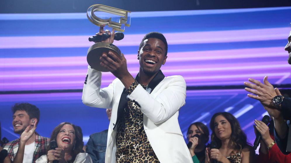 Foto: Famous alza el trofeo de la victoria. (TVE)