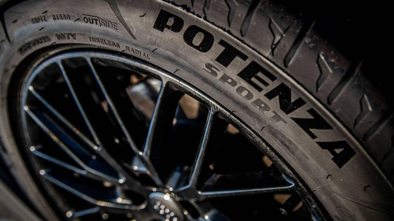 Varios fabricantes de vehículos deportivos montan de serie este neumático de altas prestaciones.