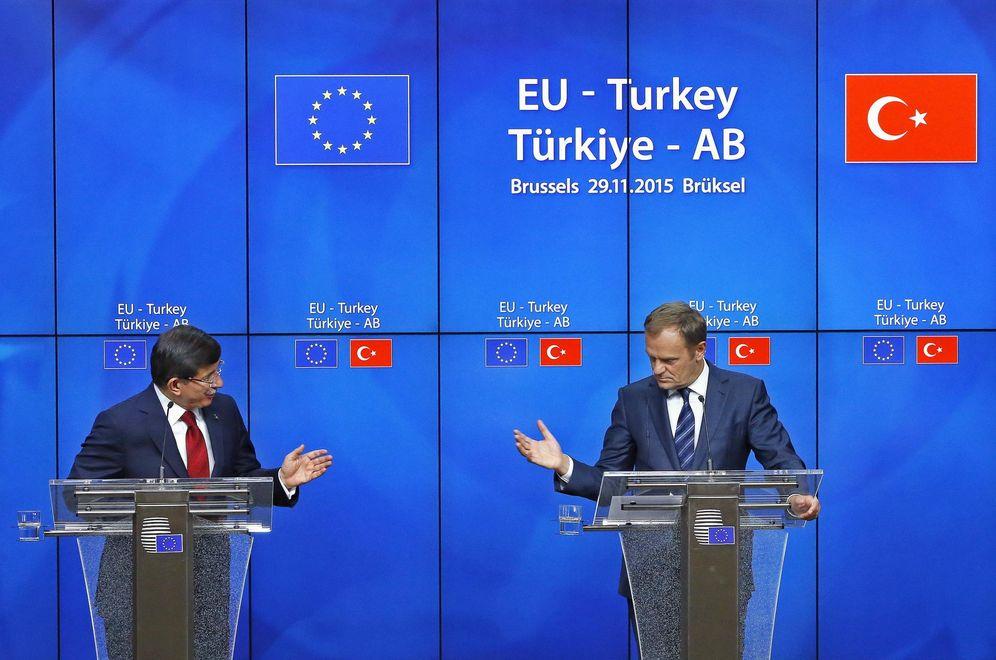 Foto: El primer ministro turco, Ahmet Davutoglu, y el presidente del Consejo Europeo, Donald Tusk, durante una rueda de prensa tras una cumbre UE-Turquía en Bruselas, el 29 de noviembre de 2015. (Reuters)