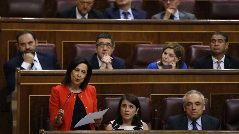 Foto: La portavoz parlamentaria socialista Margarita Robles (abajo - i), durante su intervención en la sesión de control al Gobierno. (EFE)
