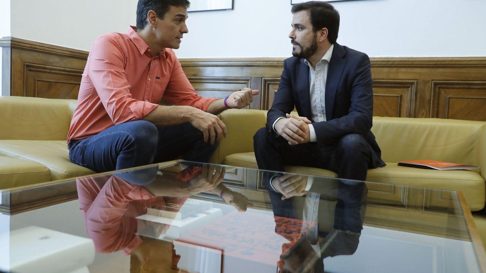 Foto: Pedro Sánchez y Alberto Garzón, este 29 de junio en el Congreso durante su reunión en el despacho de la portavoz socialista, Margarita Robles. (EFE)