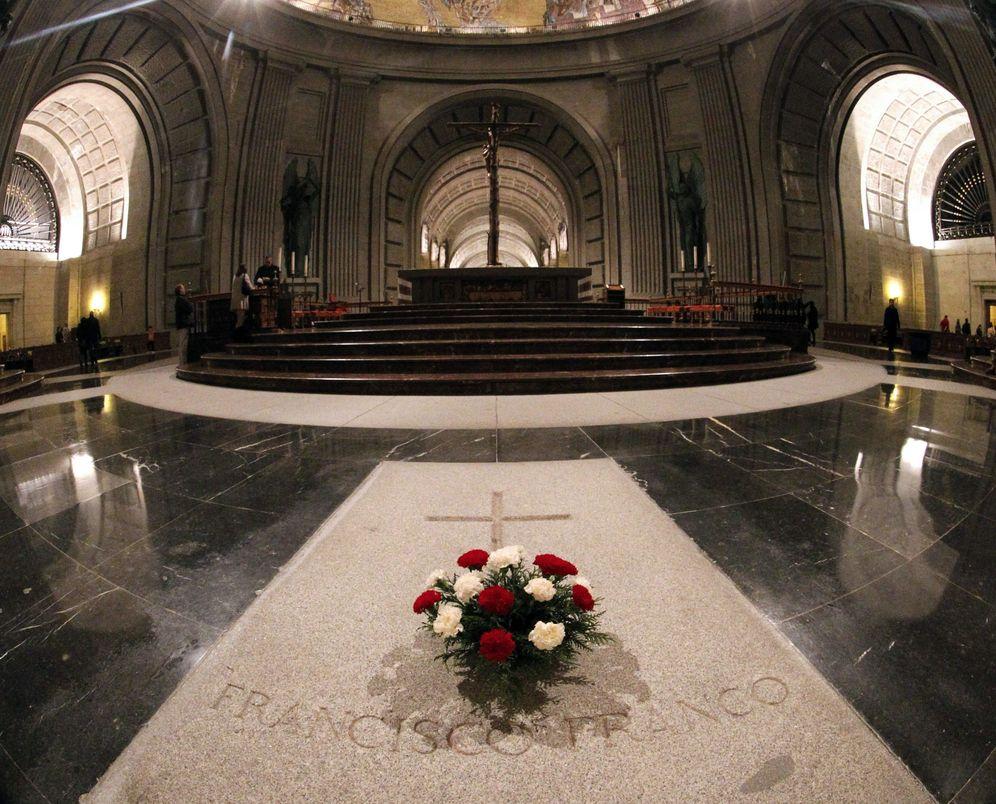 Foto: La tumba de Francisco Franco, en el interior del Valle de los Caídos, en diciembre de 2011. (EFE)